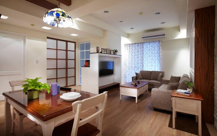 破除舊有隔間增加室內的通透感與彼此之間相互的連結:  客廳 by 弘悅國際室內裝修有限公司