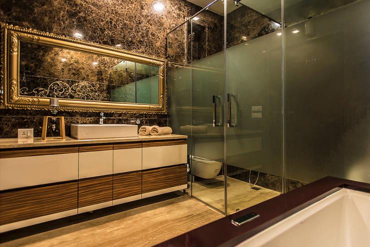 Washroom:  Bathroom by Studio An-V-Thot Architects Pvt. Ltd.