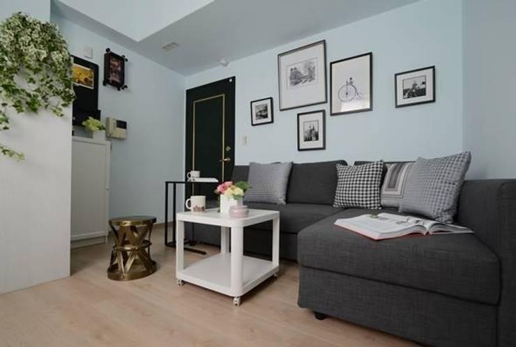 L型的沙發床展開,即可在此休息過夜:  客廳 by 大觀創境空間設計事務所