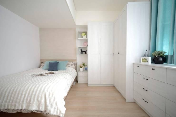 臥室空間也是主要的衣物收納區。:  臥室 by 大觀創境空間設計事務所