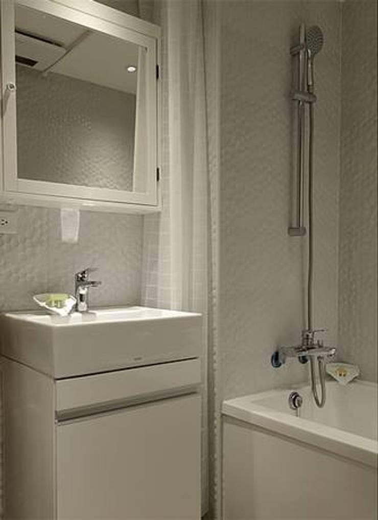 Bathroom by 大觀創境空間設計事務所