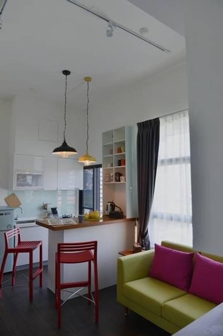 由於空間的高度很夠,是3米6,所以在吧檯和燈具的配置上,形成了一種比例上的美感:  廚房 by 大觀創境空間設計事務所