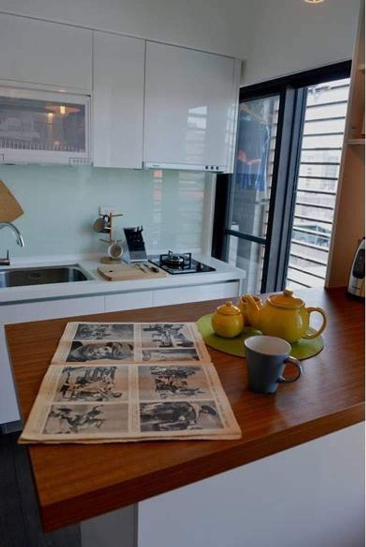 廚房的櫃體選用白色系列,會讓空間更清爽:  廚房 by 大觀創境空間設計事務所