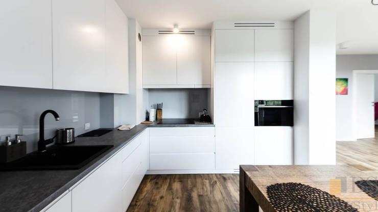 kuchnia biała: styl , w kategorii Kuchnia zaprojektowany przez PPHU BOBSTYL,