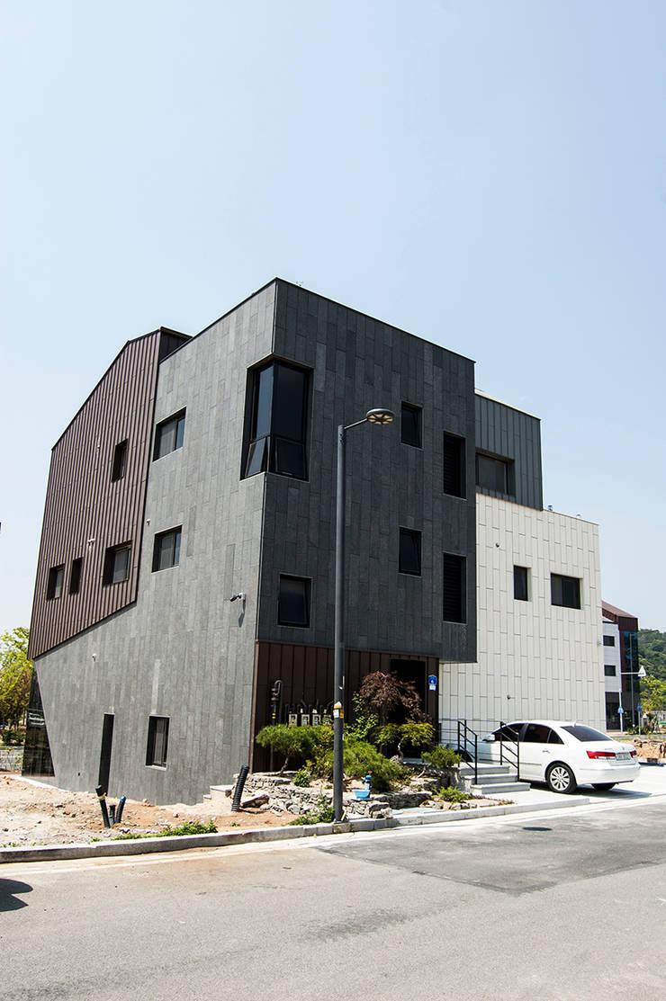 더 테라스3_울산 중구 약사동 413-21 상가주택: AAG architecten의  주택,
