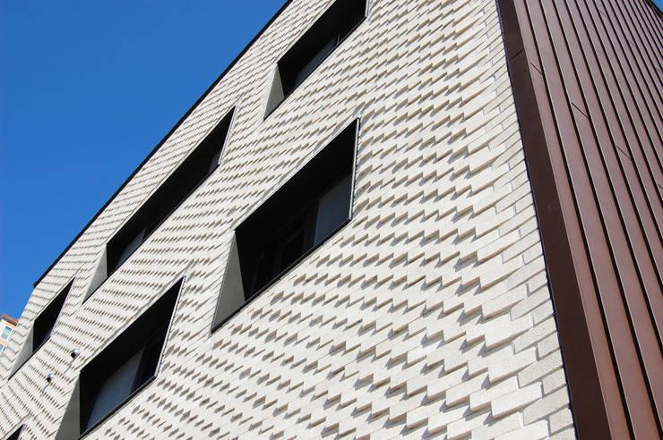 플라츠_울산시 중구 유곡동 470-1 상가주택: AAG architecten의  주택