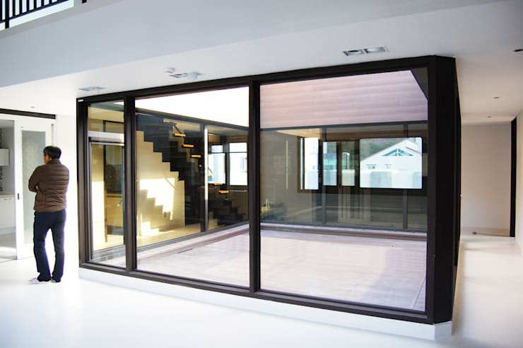 플라츠_울산시 중구 유곡동 470-1 상가주택: AAG architecten의  실내 정원
