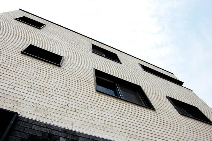 다담하우스_부천시 소사구 범박동 207-6 다가구주택: AAG architecten의  주택