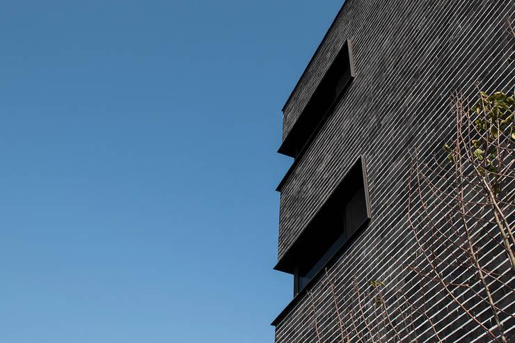 결무리집_인천시 중구 운서동 3047-10 상가주택: AAG architecten의  주택