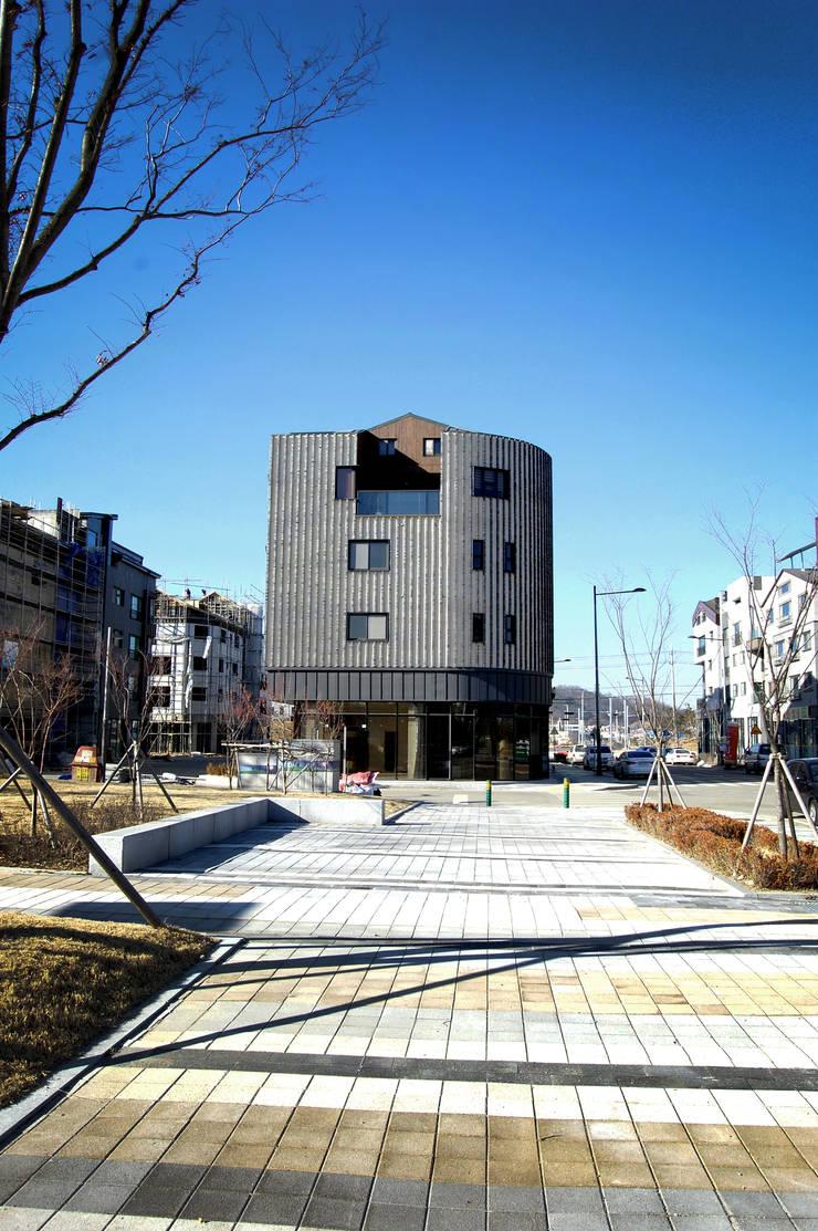 코너스케이프_화성시 동탄면 동탄일반산업단지 112-5 상가주택: AAG architecten의