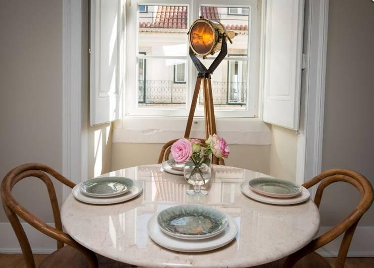 Le Consulat - Lisboa: Salas de jantar  por Architect Your Home