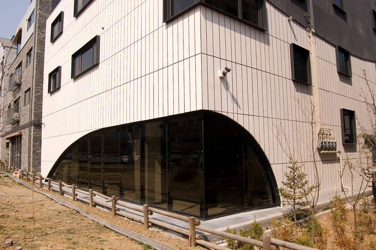 유미재_안양시 박달동 925-3 상가주택: AAG architecten의  주택