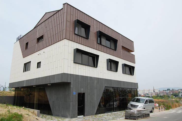 어라운드93_울산시 중구 약사동 430-3 상가주택: AAG architecten의  주택,