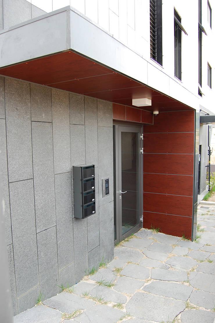 어라운드93_울산시 중구 약사동 430-3 상가주택: AAG architecten의  ,