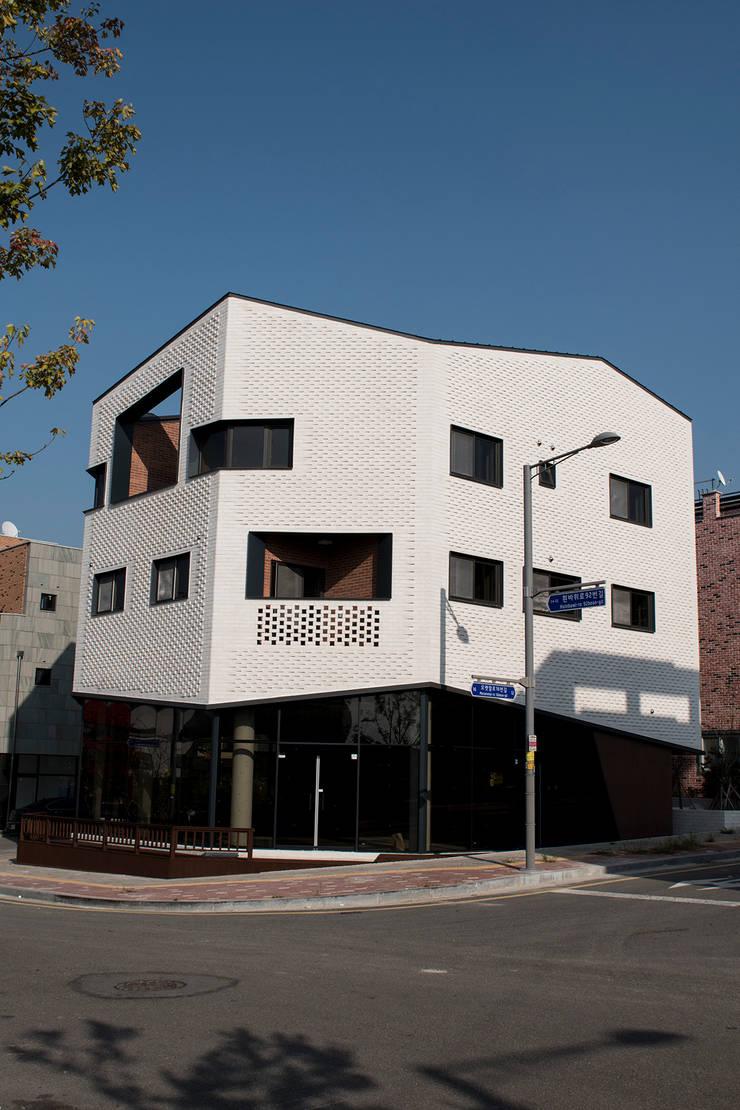 오리가미집_인천시 중구 운서동 3111-14 상가주택: AAG architecten의  주택