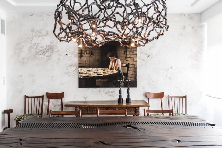 Uma casa dedicada à arte: Salas de jantar  por Architect Your Home