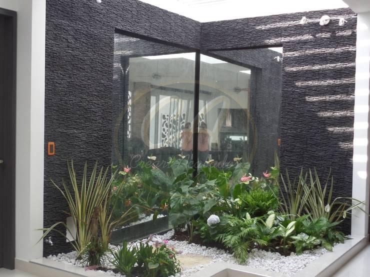 Espejos de agua con marcos en piedra Escapatin negra con pátina plata: Paisajismo de interiores de estilo  por Creart Acabados,