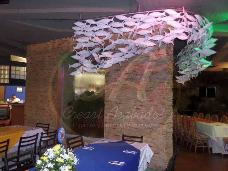 Cristales de agua con marcos en piedra sintética pizarra tonos arena: Piscinas de estilo  por Creart Acabados,