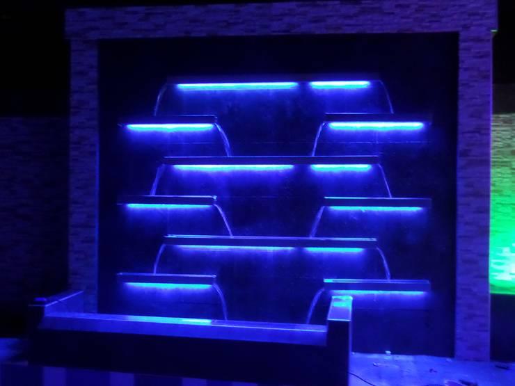 Fuente de agua en escalas, fabricada con acero inox. Vista noturna.: Piscinas de estilo  por Creart Acabados,