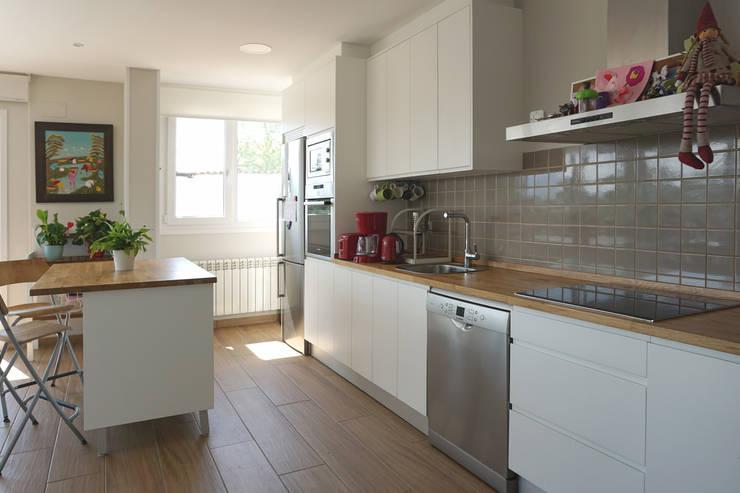 Cocinas de estilo moderno por Casas Cube