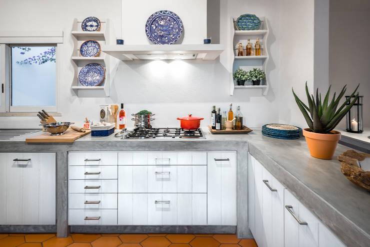 Remodelação e decoração de Cozinha Algarvia: Cozinhas  por The Interiors Online