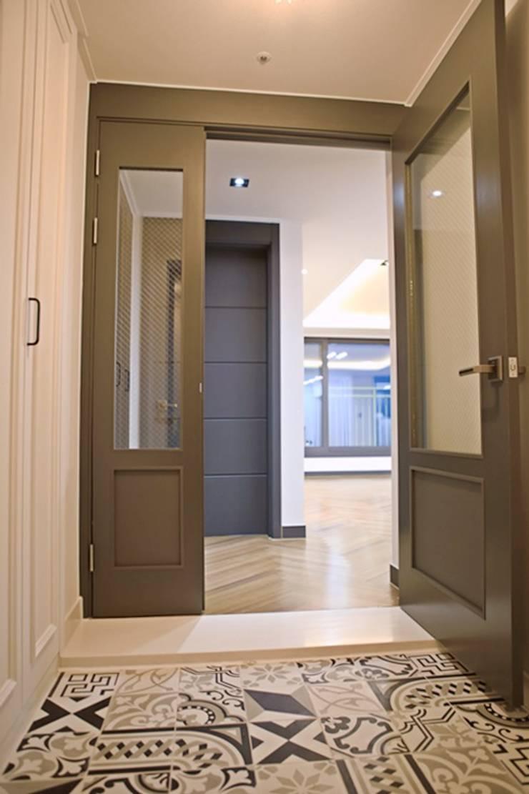 모던프렌치 복층구조 아파트34평형 인테리어: 주식회사 큰깃의  복도 & 현관