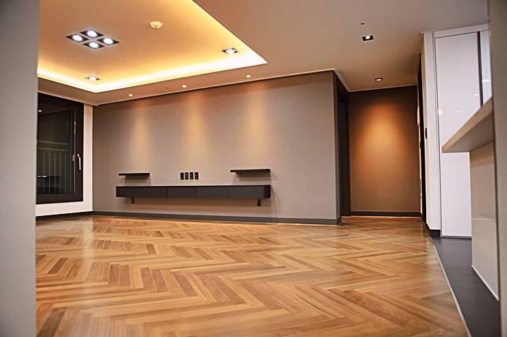 모던프렌치 복층구조 아파트34평형 인테리어: 주식회사 큰깃의  거실