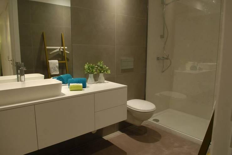 Casa de banho: Casas de banho  por atmospheras | atelier de interiores