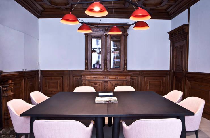 combinatie van moderne meubels met monumentale stijlkamers:  Kantoor- & winkelruimten door Binnenvorm, Klassiek Hout Hout