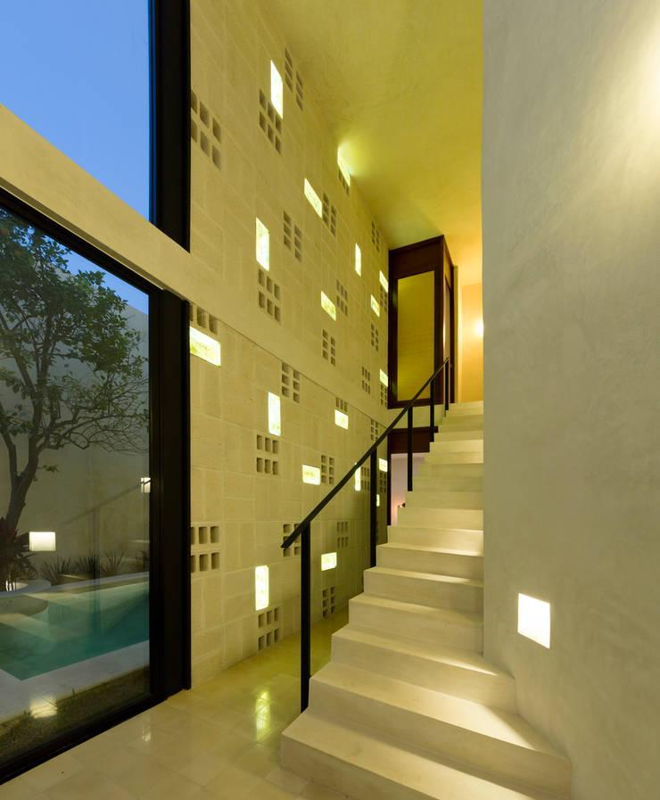 modern Corridor, hallway & stairs by Taller Estilo Arquitectura