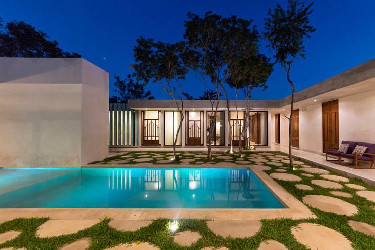 : Albercas de estilo  por Taller Estilo Arquitectura