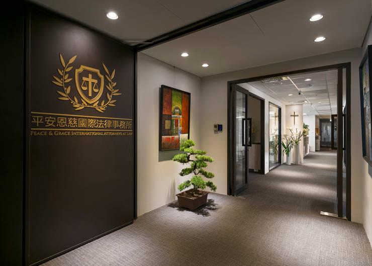 正直的天秤:  辦公室&店面 by 耀昀創意設計有限公司/Alfonso Ideas