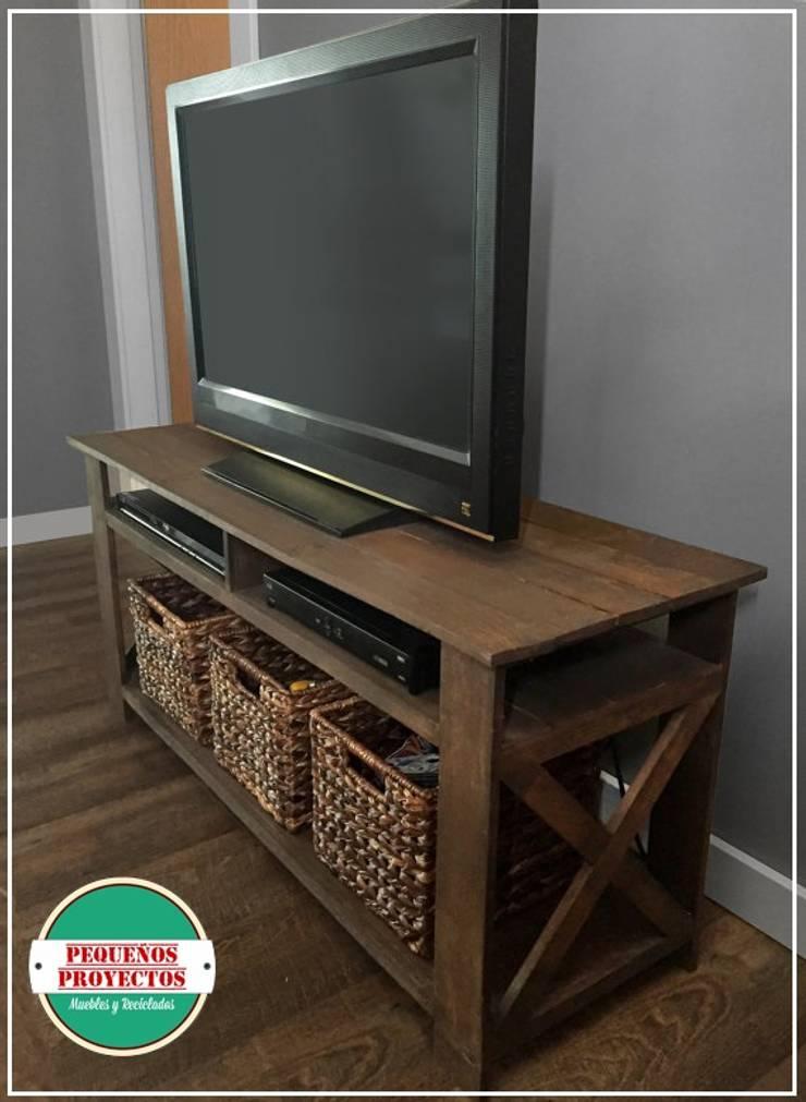 MESA DE TV: Livings de estilo  por Pequeños Proyectos,