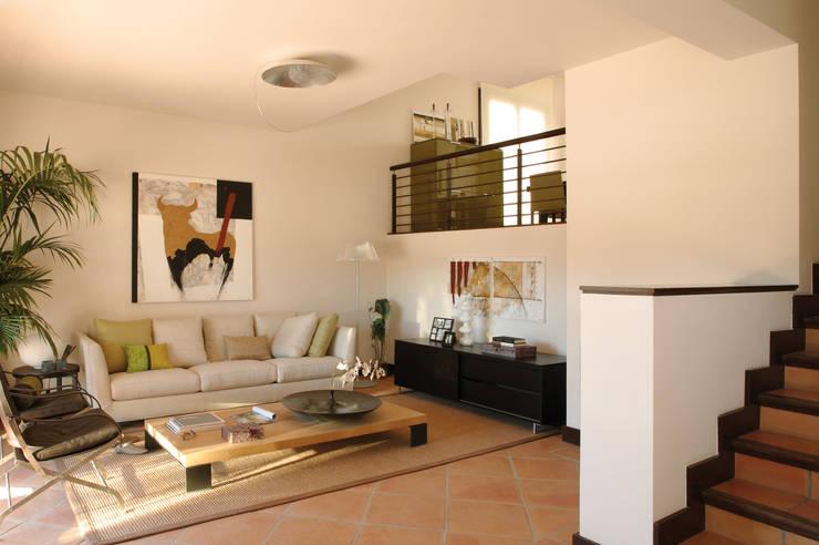 Salas / recibidores de estilo  por HABITANTE