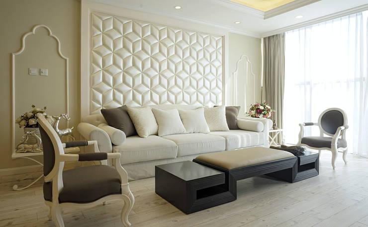 Căn hộ Tân Cổ Điển Lãng Mạn ở Thăng Long No1:  Phòng khách by Công ty cổ phần NỘI THẤT AVALO