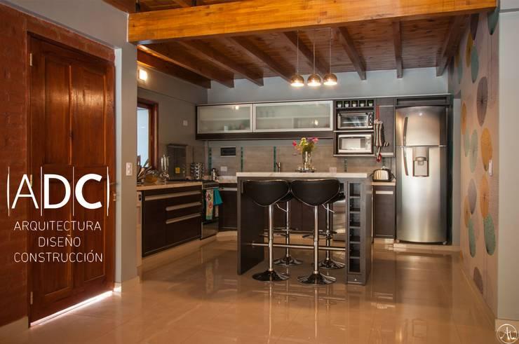 VIVIENDA UNIFAMILIAR - EQUIPAMIENTO A MEDIDA -  AVELLANEDA AL 300 - SAN MIGUEL DE TUCUMAN: Cocinas de estilo  por ADC - ARQUITECTURA - DISEÑO- CONSTRUCCION