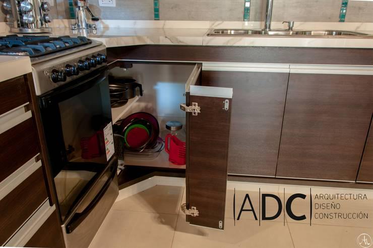VIVIENDA UNIFAMILIAR – EQUIPAMIENTO A MEDIDA –  AVELLANEDA AL 300 – SAN MIGUEL DE TUCUMAN: Cocinas de estilo  por ADC - ARQUITECTURA - DISEÑO- CONSTRUCCION