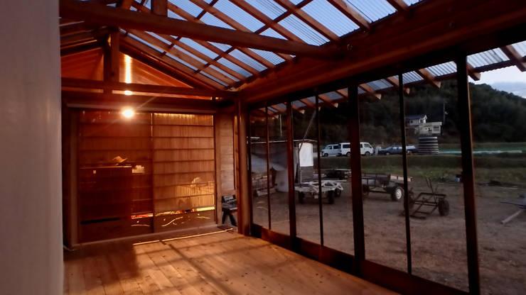 客廳 by 高原正伸建築設計事務所 一級建築士事務所, 簡約風
