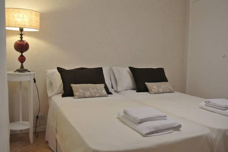 PUESTA EN VALOR Y EQUIPAMIENTO DEPARTAMENTO PARA ALQUILER TEMPORARIO: Dormitorios de estilo  por Arquitecta MORIELLO,