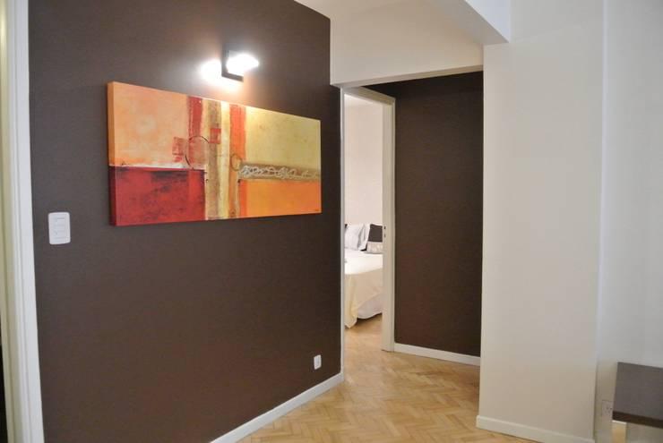 PUESTA EN VALOR Y EQUIPAMIENTO DEPARTAMENTO PARA ALQUILER TEMPORARIO: Pasillos y recibidores de estilo  por Arquitecta MORIELLO,