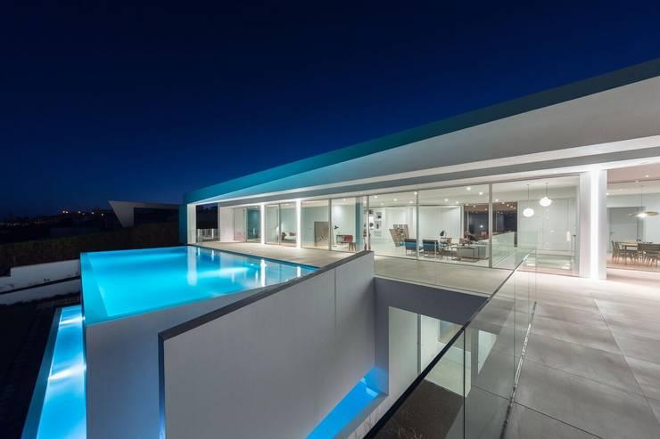 Casa Carrara Outdoor : Piscinas  por Tendenza -  Interiors & Architecture Studio