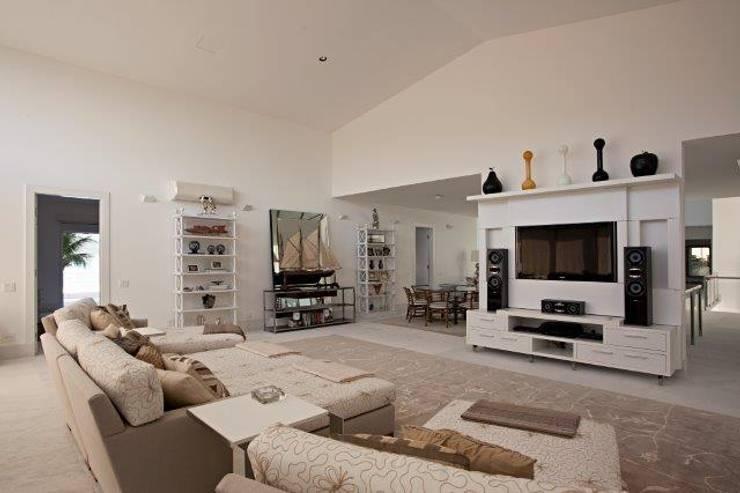 Sala de TV: Salas multimídia  por Tammaro Arquitetura e Engenharia