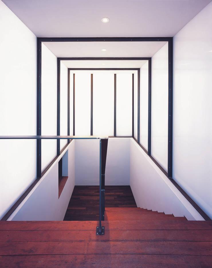 능성동 나무그림자집: 건축사사무소 힘의  복도 & 현관
