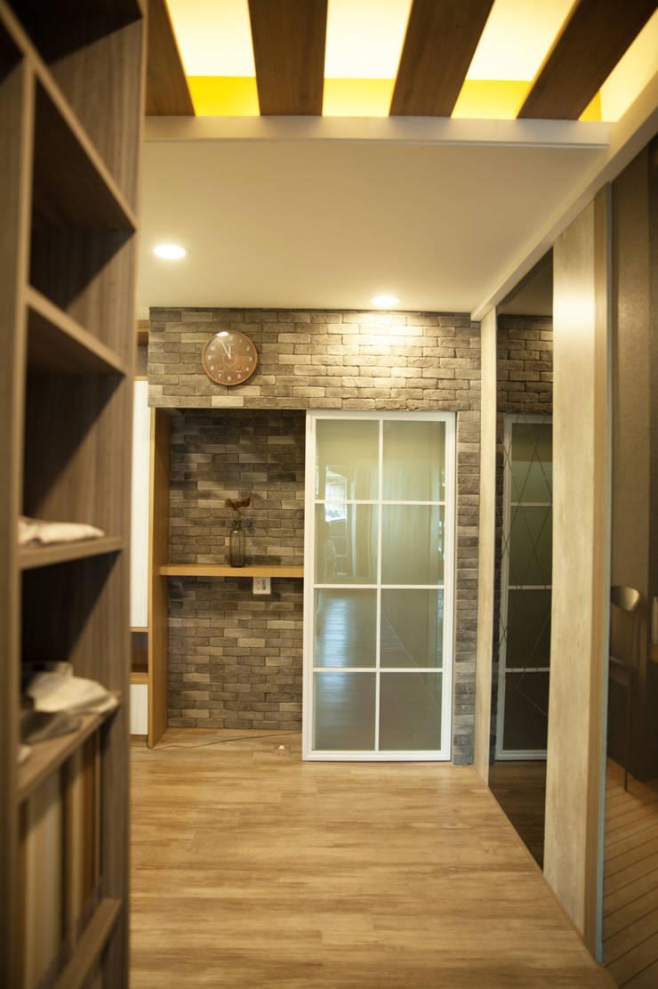 玄關&推拉門設計:  窗戶 by 澄嶧空間設計