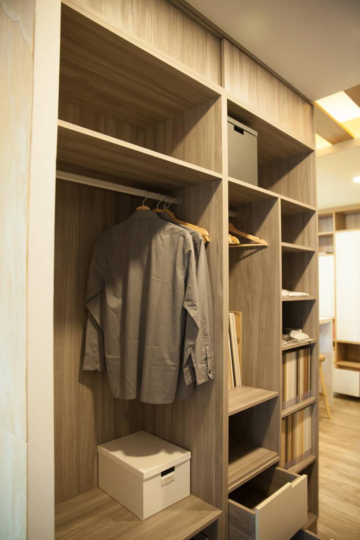 系統傢俱衣櫃設計:  更衣室 by 澄嶧空間設計