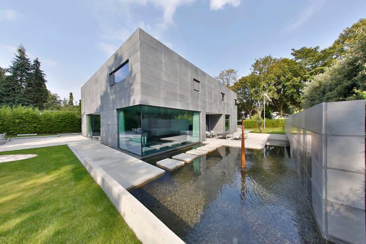 Nieuwbouw vrijstaande woning:  Tuin door studio architecture, Modern Beton