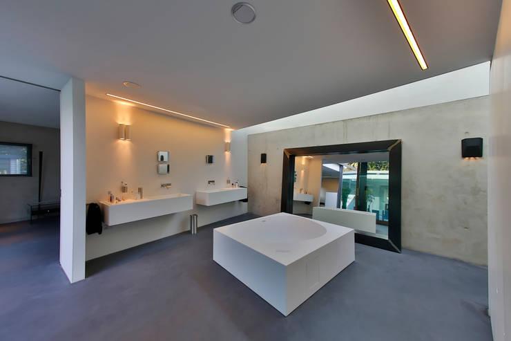 Nieuwbouw vrijstaande woning:  Badkamer door studio architecture, Modern Beton
