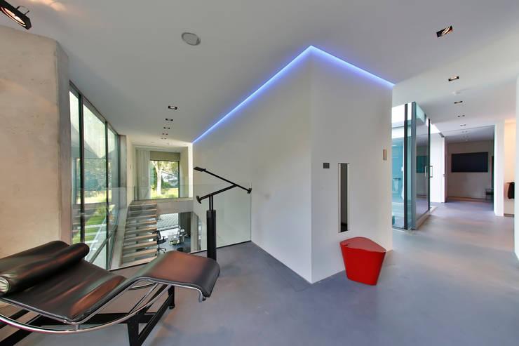 Nieuwbouw vrijstaande woning:  Gang en hal door studio architecture, Modern Beton