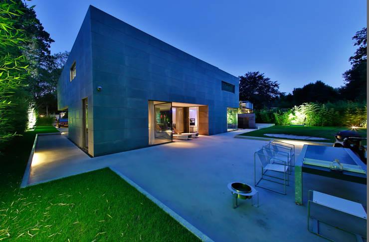 Nieuwbouw vrijstaande woning:  Huizen door studio architecture, Modern Beton