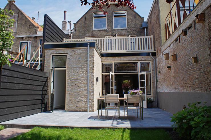 Verbouw monumentale woning:  Terras door studio architecture